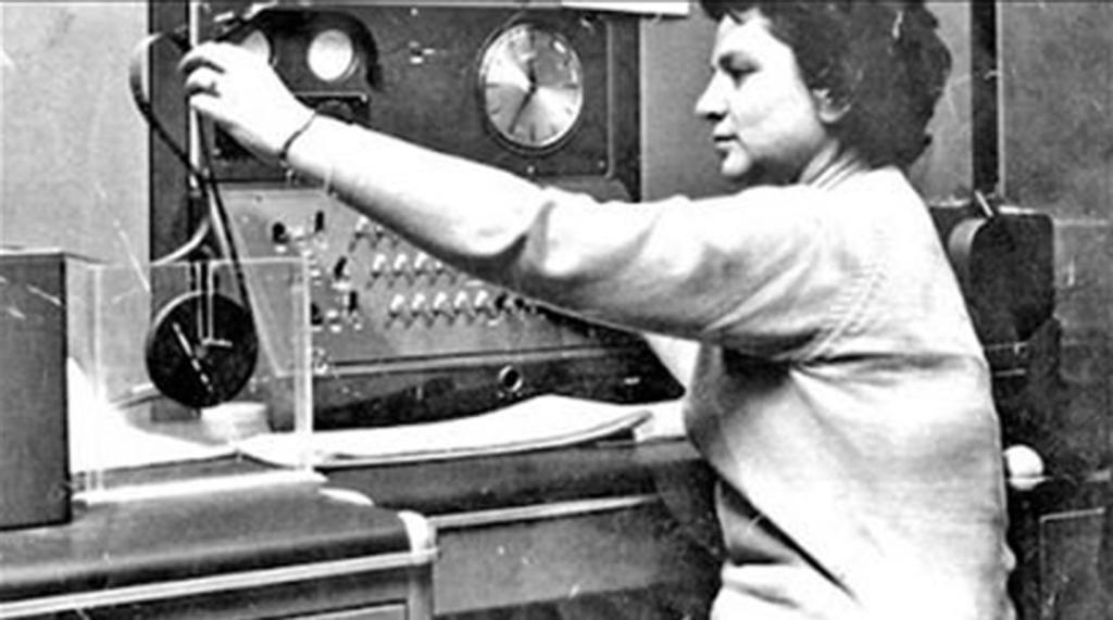 Cecilia Berdichevsky, primera programadora de Clementina, junto a la máquina.